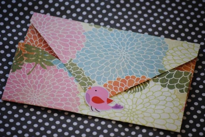 faire une enveloppe en papier motif fleuri joyeux avec fermeture sticker oiseau, jolie papeterie origami pour vos plus belles occasions