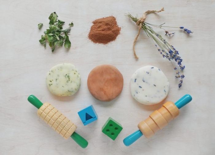 pâte à modeler sensorielle aux propriétés calmantes parfumée aux herbes, fleurs séchées et aux épices