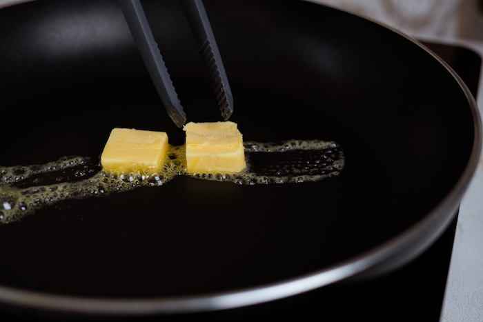 faire fondre du beurre dans une poele, pain perdu brioche roulé recette simple et rapide