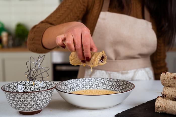 recette du pain perdu roulés au chocolat et banane trempés dans un mélange d oeufs, sucre glace et lait