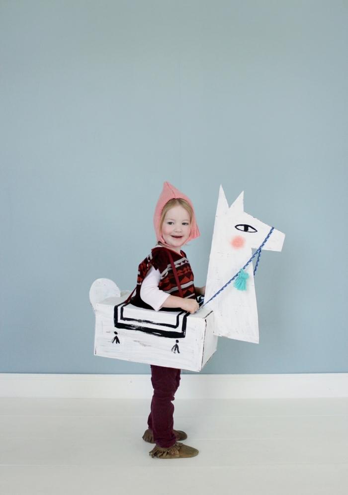 magnifique costume enfant pour halloween, deguisement halloween maison en carton, costume de lama DIY en carton