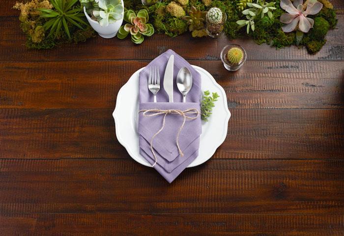 comment decorer la table de mariage, pliage serviette tissu couleur violette en forme de diamant, table bois et centre de table de plantes