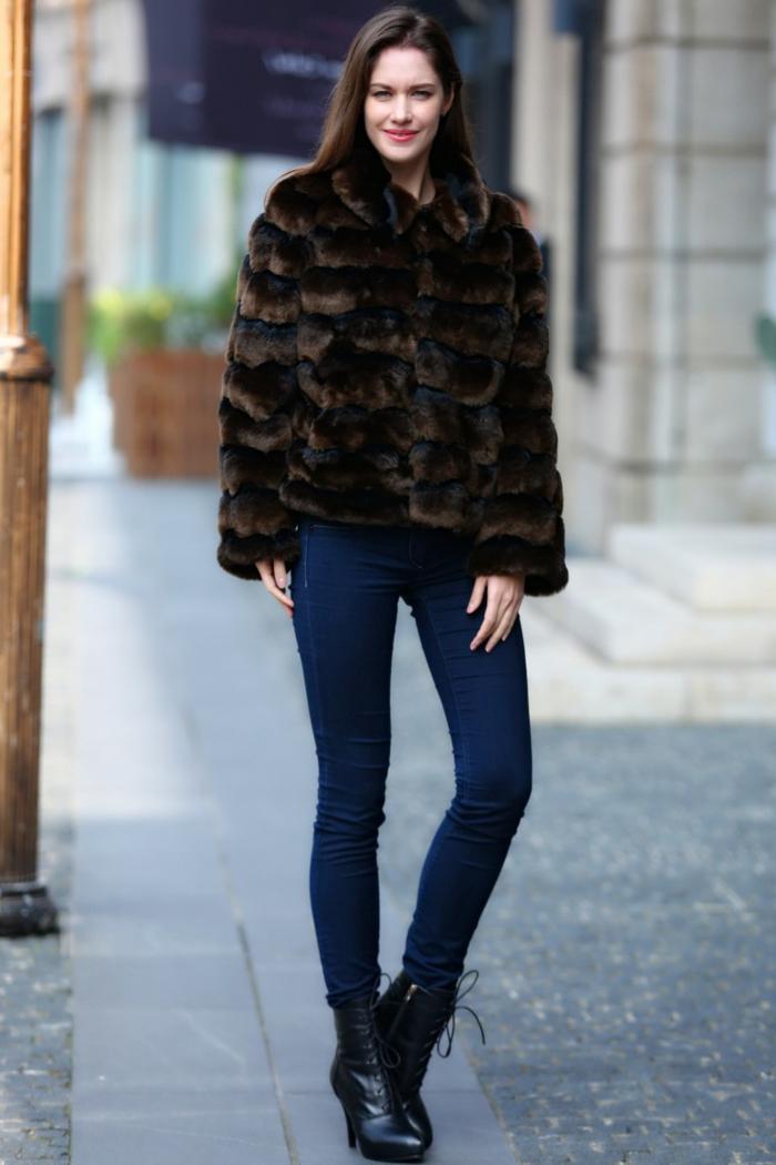 manteau court fourrure synthétique couleur marron, jeans skinny bleus, bottes noires aux lacets