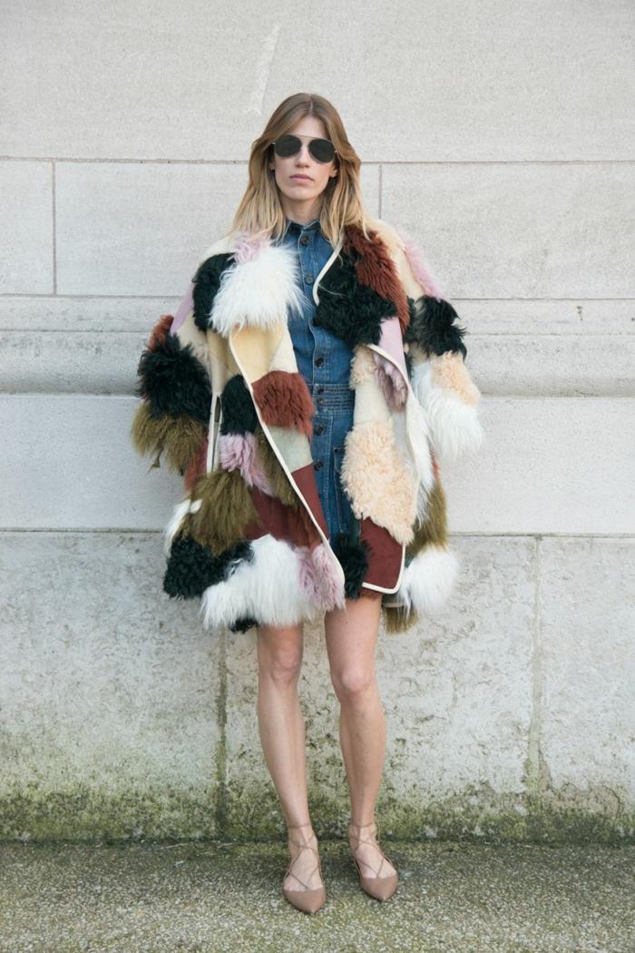 Tenue hippie chic, comment porter la jupe en hiver jupe et pull look négligée, excentrique manteau coloré combiné avec robe en denim et chaussures pointus