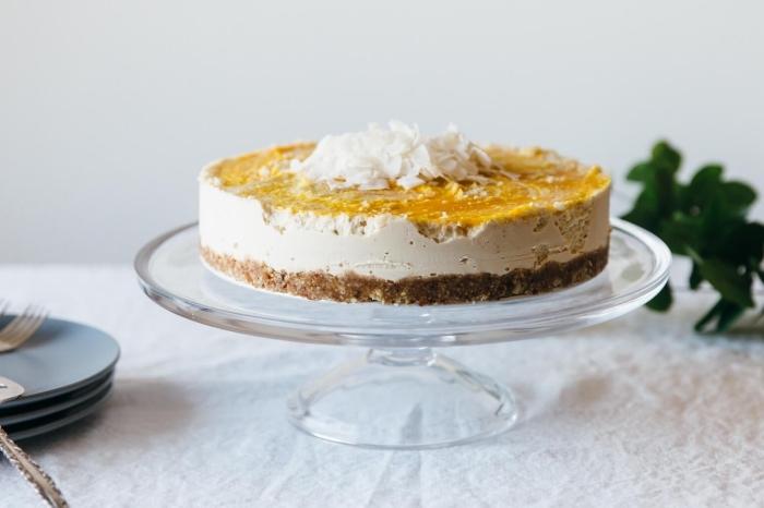 faux cheesecake vegan à la noix de coco et à la mangue, sans cuisson et sans gélatine, avec une base de dattes et de noix
