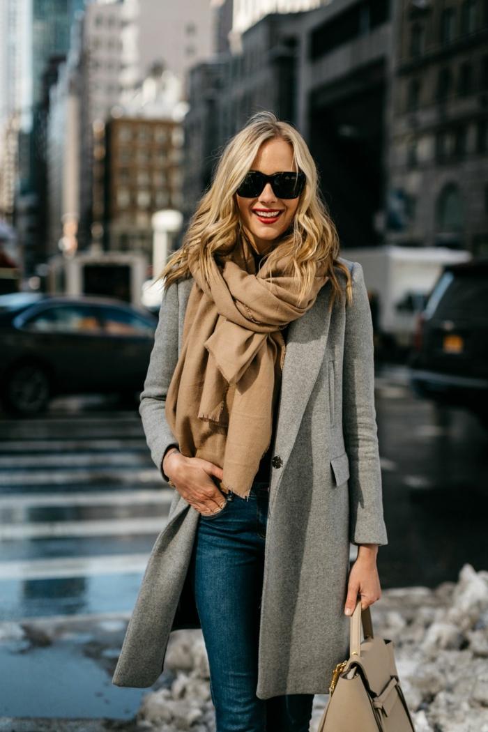 foulard couleur camel combiné avec une veste en laine grise, jeans bleus, sac beige