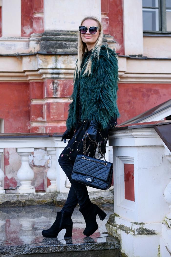 sac noir matelassé, manteau fourrure, femme blonde, lunettes de soleil, tunique avec broderies
