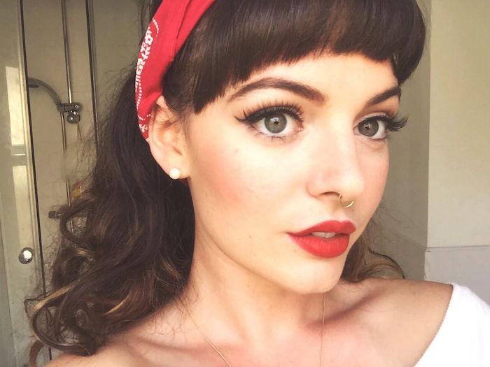 exemple de maquillage dans le style pin up avec coiffure des années 50 avec frange et bandana rouge dans les cheveux