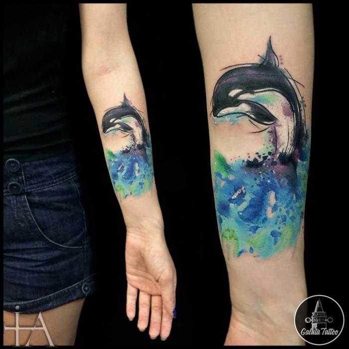 Authentique tatouage poignet femme, tatouage infini originale idée de tatouage coloré, la vie sauvage dans l'ocean