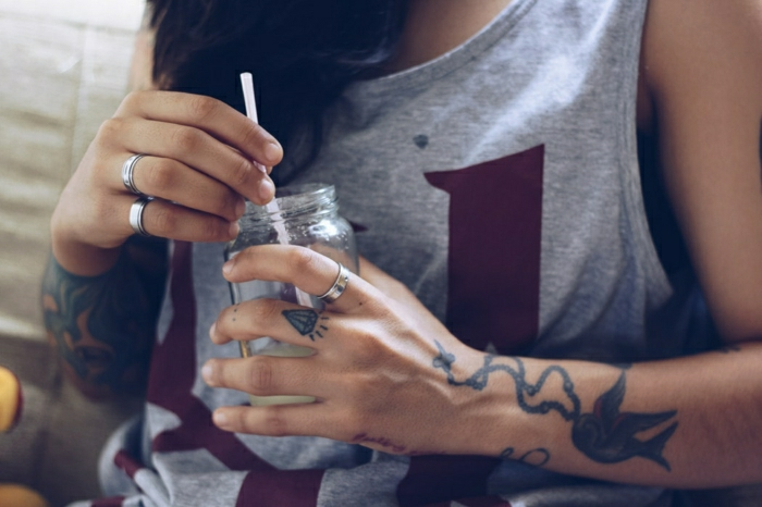 Tatouage minimaliste, tatouage femme poignet modèle original pour moi, oiseau colibri, diamant sur le doigt et manchette femme sur l'auntre main