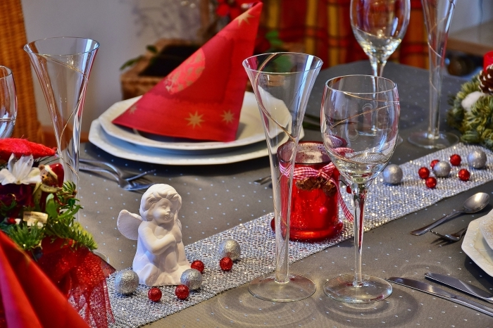 idée pour un pliage serviette papier ou tissu rouge, arrangement table en couleurs gris et rouge avec figurines de noel