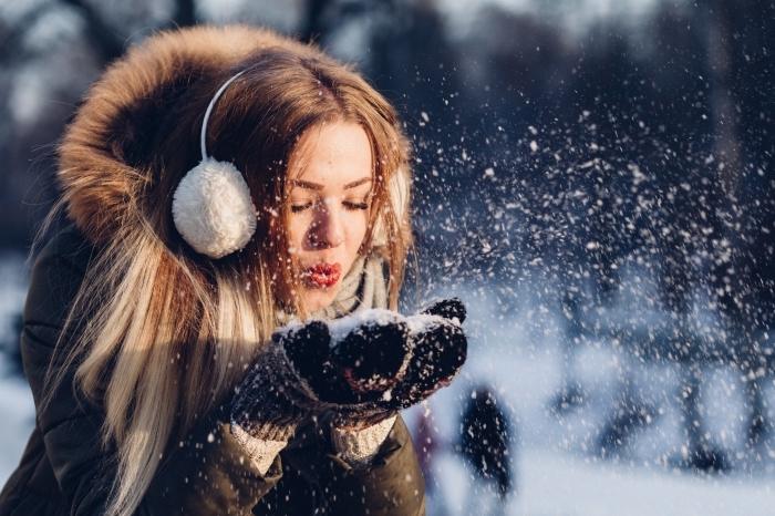 joli fond d écran hiver avec une fille qui joue avec la neige, idée photo hiver à télécharger gratuitement sur son pc
