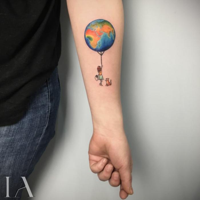 Tatouage amitié, choisir mon premier tatouage, originale idée de se faire tatouer. lo monde dans les mains d une fille qui le tiens comme un ballon
