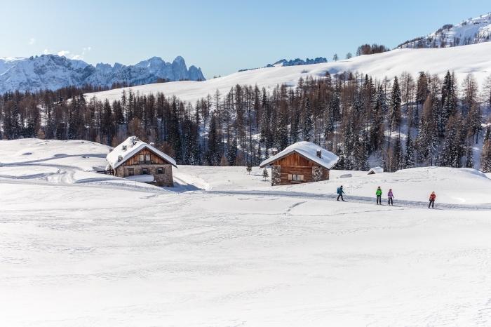 wallpaper pc gratuit sur le thème d'hiver, fond d écran gratuit pour ordinateur, photo montagnes enneigées et maisons de bois
