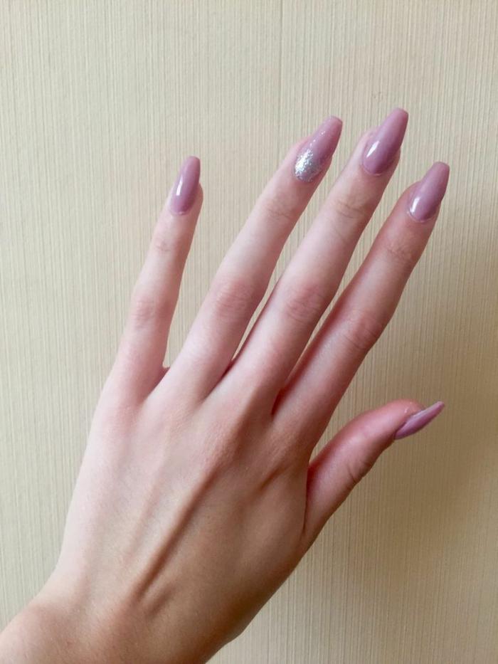 manucure mauve forme ballerine, touche lumineuse, manucure pour ongles longs en lilas pâle