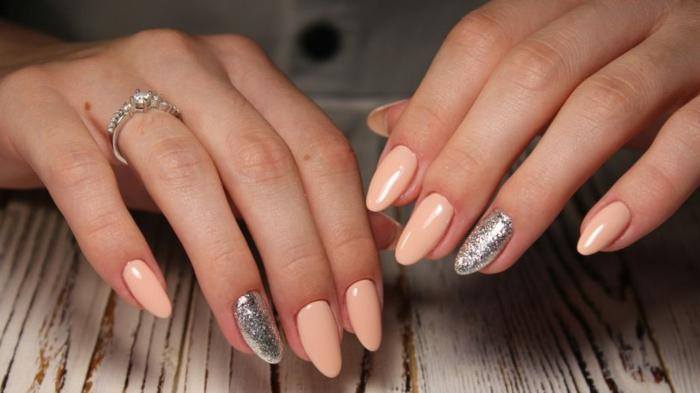 forme des ongles amande, ongle accent argent, ongles couleur bague incrustée, design des ongles ovale