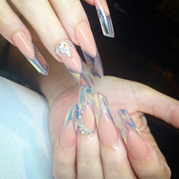 ongles acryliques style edge, jolie manucure en forme originale en rose nude et couleur cristal, bijoux à ongles