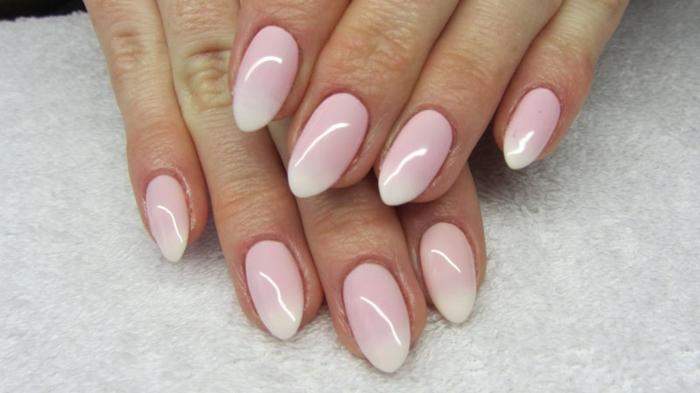 manucure ombré, gradation du rose et blanc sur l'ongle, ongle pointu, ongle amande