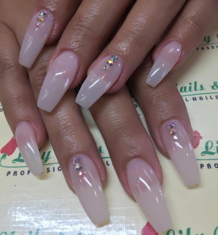 doigts aux ongles acryliques avec strass, manucure ombré en couleurs douces, paillettes
