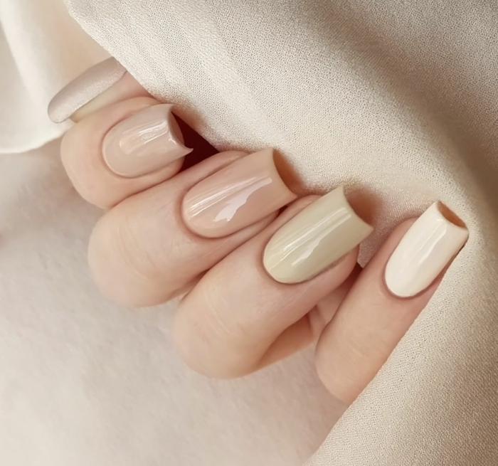 longs ongles carrés en couleurs mates et neutres, bord très bien aligné d'ongles très longs