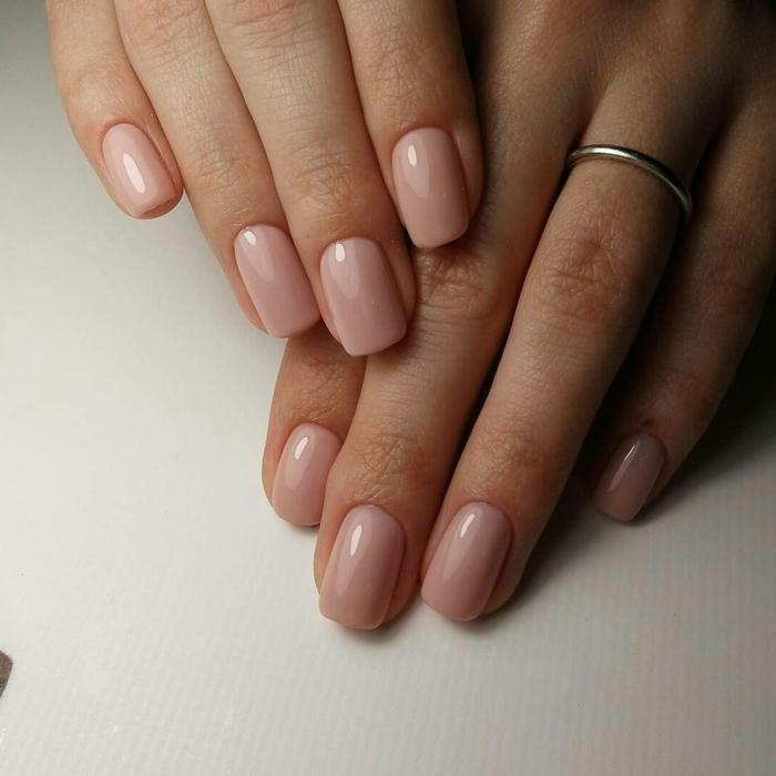 forme des ongles carrée, ongles courts roses, bague fine métallique, manucure forme carré arrondi