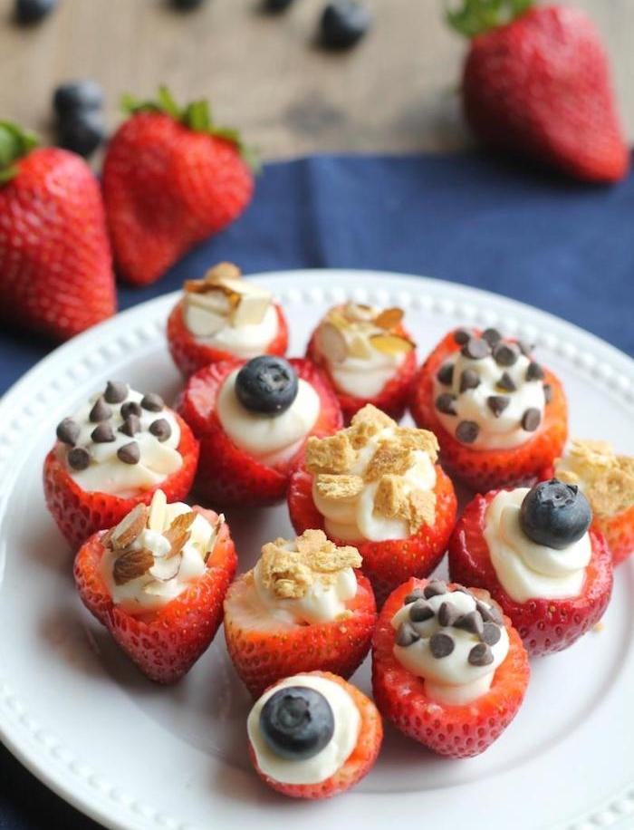 idée de fraise farcie de crème fraîche, pépites de chocolat, fruits et biscuits dans une assiette, apero sucré original, recette enfant