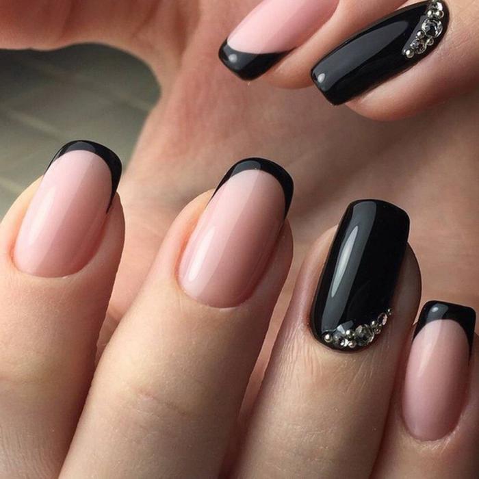 manucure française en rose et noir, bords noirs, strass, ongle laqué noir, manucure bicolore