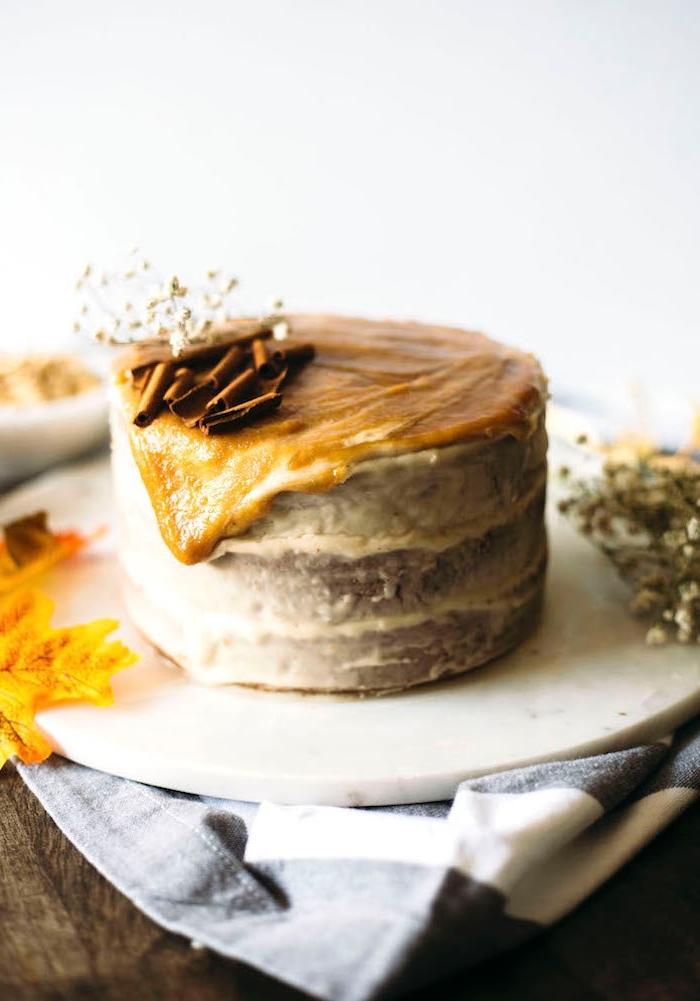 recette d'automne sain sans gluten, gateau sans gluten sans lactose à la courge, nappé de glaçage aux noix de cajou et caramel salé