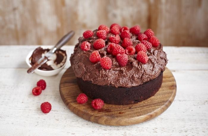 gateau sans gluten sans lactose et son glaçage de ganache au chocolat vegan et framboises fraîches, gâteau d'anniversaire classique en version vegan