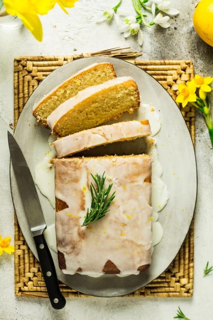 recette de gateau facile et rapide en forme de pain, nappé de glaçage au citron , décoré d'un brin de romarin frais