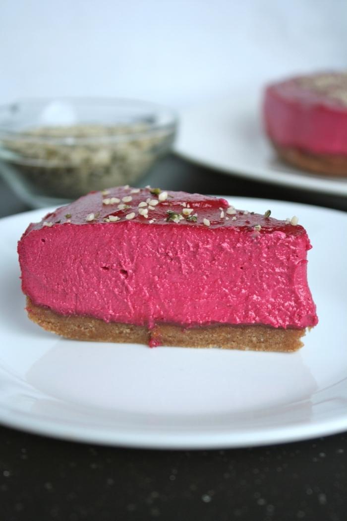 recette facile et originale de gâteau végétalien sans cuisson à la betterave rouge avec une base de dattes et amandes