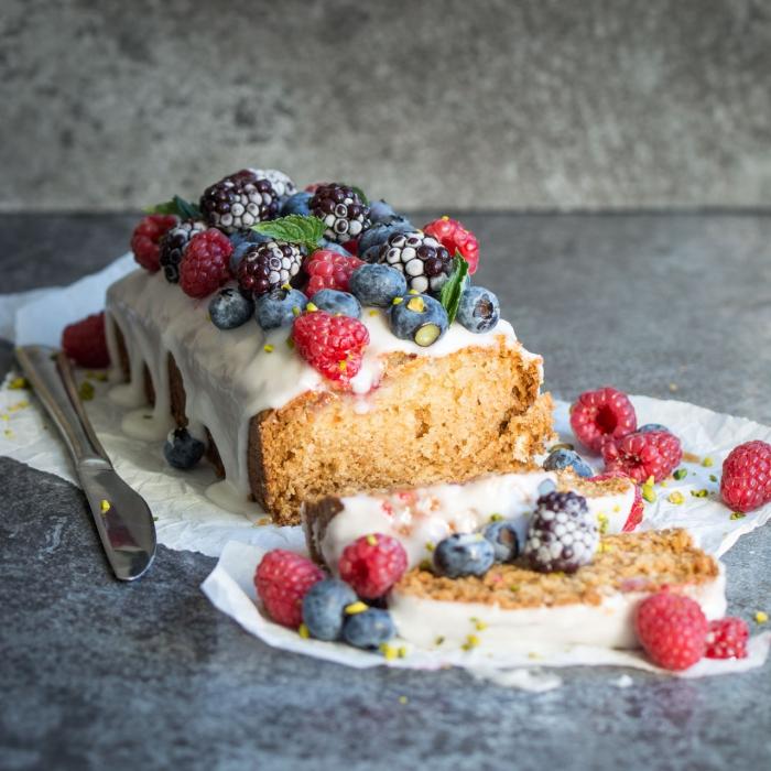 cake moelleux au citron et aux fruits rouges nappé de crème citron vegan faite-maison, recette vegan de gateau sans lait ni oeufs