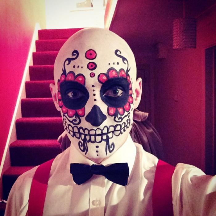 tête de mort mexicaine, cercles festonnés roses, dents blanches, papillon noir, chemise blanche