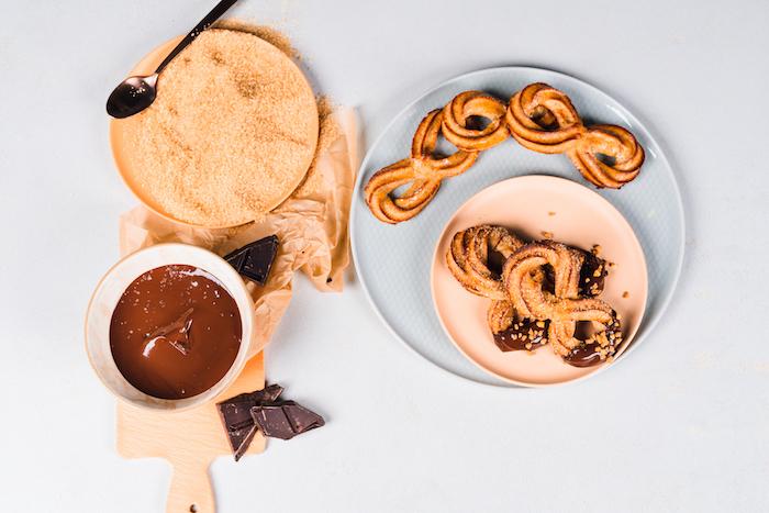 garnir les churro de chocolat noir fondu et de croquant recette gouter enfant
