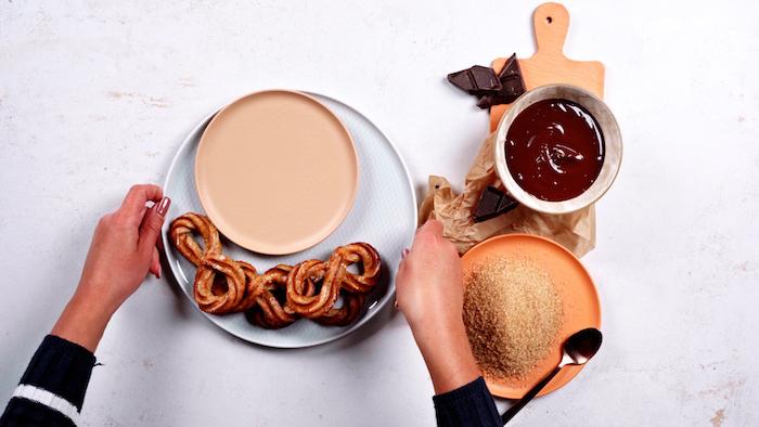 garnir les churros cuits de cassonade et chocolat noir fondu étape pour faire un dessert international