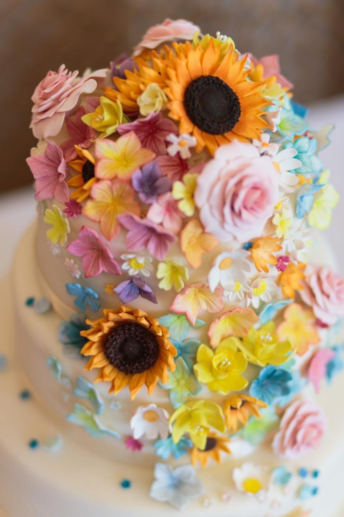 Gateau anniversaire 18 ans, chouette idée de dessert joli et simple les plus beaux gateaux, fleurs creme beurre realistes