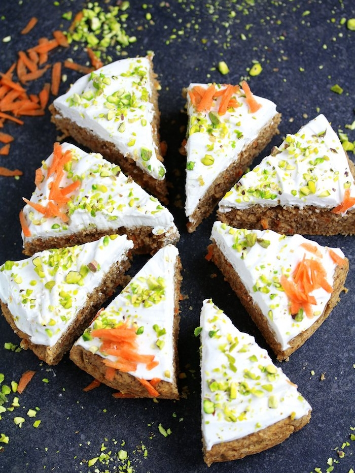 gateau carotte simple, idée de gateau pour gouter facile a faire avec crème de coco et topping de pistaches