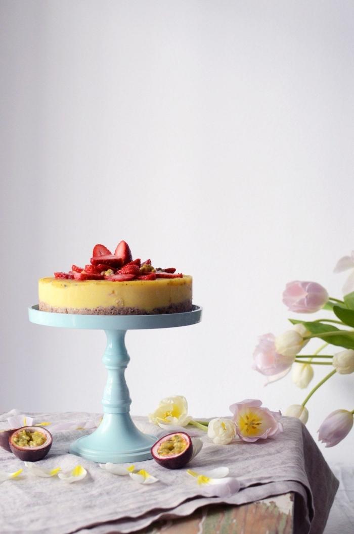 recette de gâteau cru sans lactose, sans gluten et sans noix, à la mangue et à la fruit de la passion, avec une croûte de dattes et de flocons d'avoine