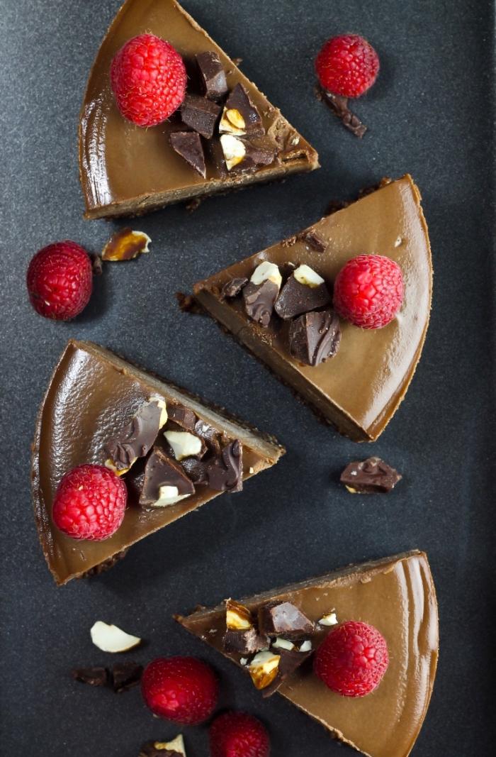 cheesecake vegan sans cuisson, gateau sans oeuf sans beurre façon cheesecake au chocolat cru avec une croûte à base d'amandes, cacao et vanille