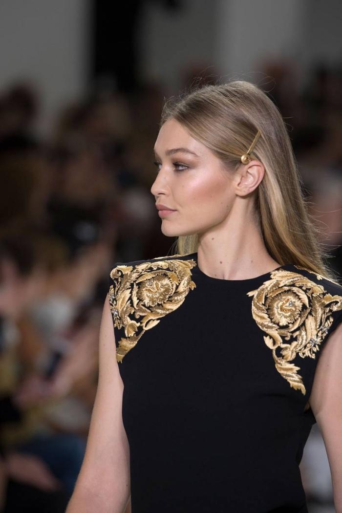 coiffure célébrité de Gigi Hadid aux cheveux longs, exemple de coiffure stylée aux cheveux lisses avec accessoire rétro chic