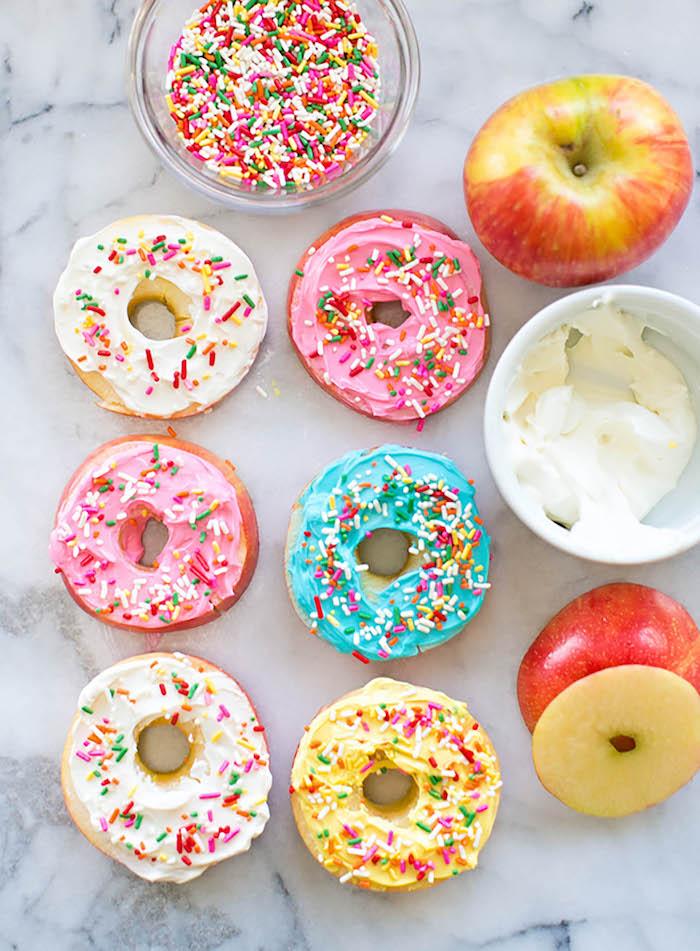 gouter anniversaire enfant donuts pomme beignet rondelles de pomme enduites de fromage a  la cre me et vermicelles arc en ciel menu enfant 1