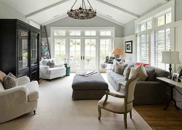 maison déco campagne esprit brocante, grand ottoman gris, chaise brocante, fauteuils gris clair, grand sofa gris