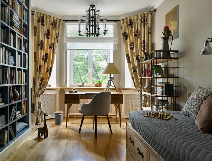amenagement petite chambre d'enfant, rideaux beiges, bureau et chaise vintage, lit commode, étagère bois et métal, grande bibliothèque murale