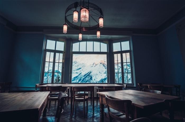 idée pour un fond d écran noel original avec une pièce aménagée avec meubles bois et grandes fenêtres ouvrant vue sur les montagnes