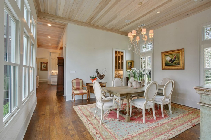 salle à manger campagne chic, chaises médaillons blanches, tapis persan, plafonnier baroque, intérieur élégant déco campagne esprit brocante