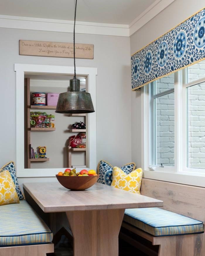 deco cuisine ancienne campagne, table à manger et deux bancs avec longs coussins, rideaux motif carreaux de ciment, lampe pendante rustique industrielle, coussins géométriques