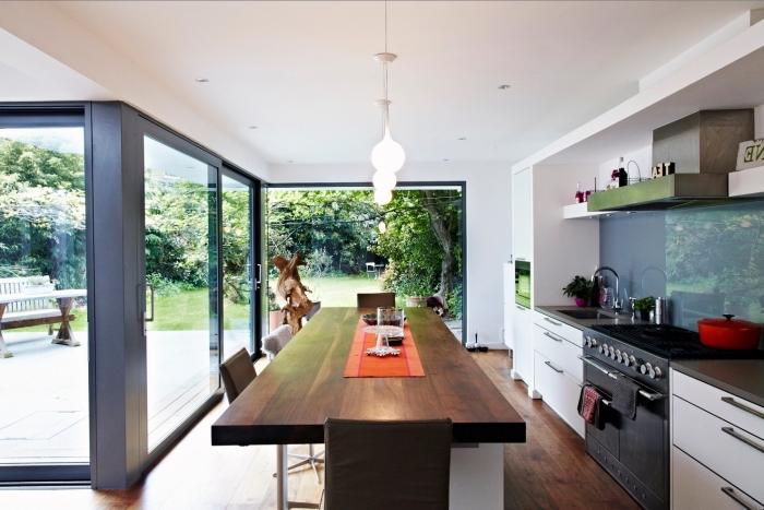 exemple comment aménager une cuisine en longueur avec coin de raps, modèle crédence en verre tendance