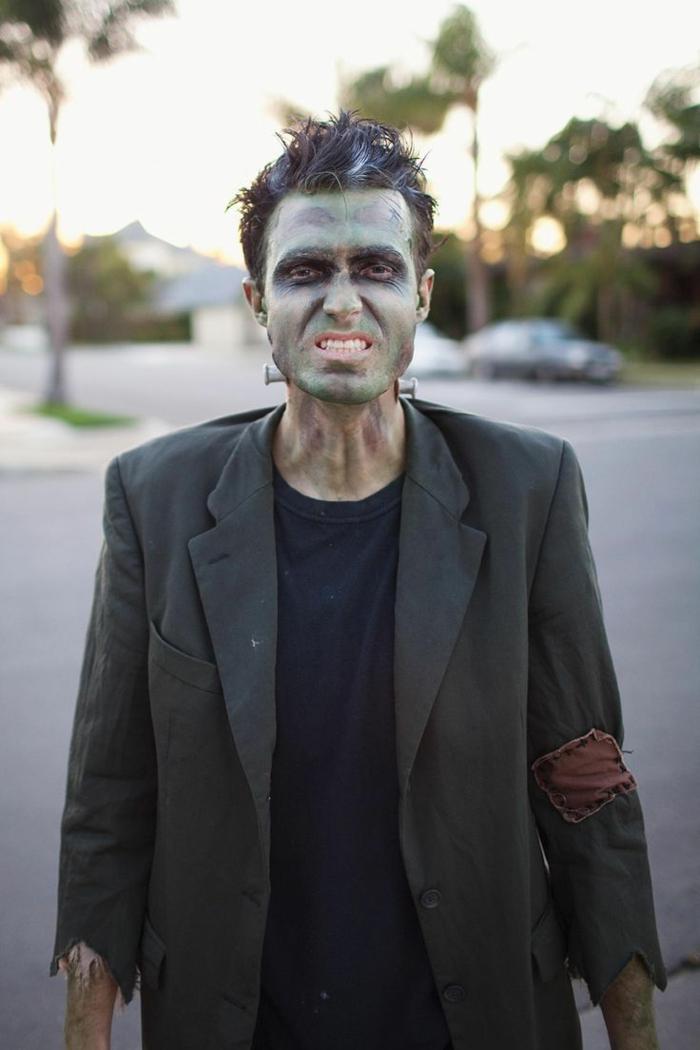 maquillage halloween homme, visage vert, maquillage qui fait peur, héros monstrueux, coiffure courte, longue veste homme