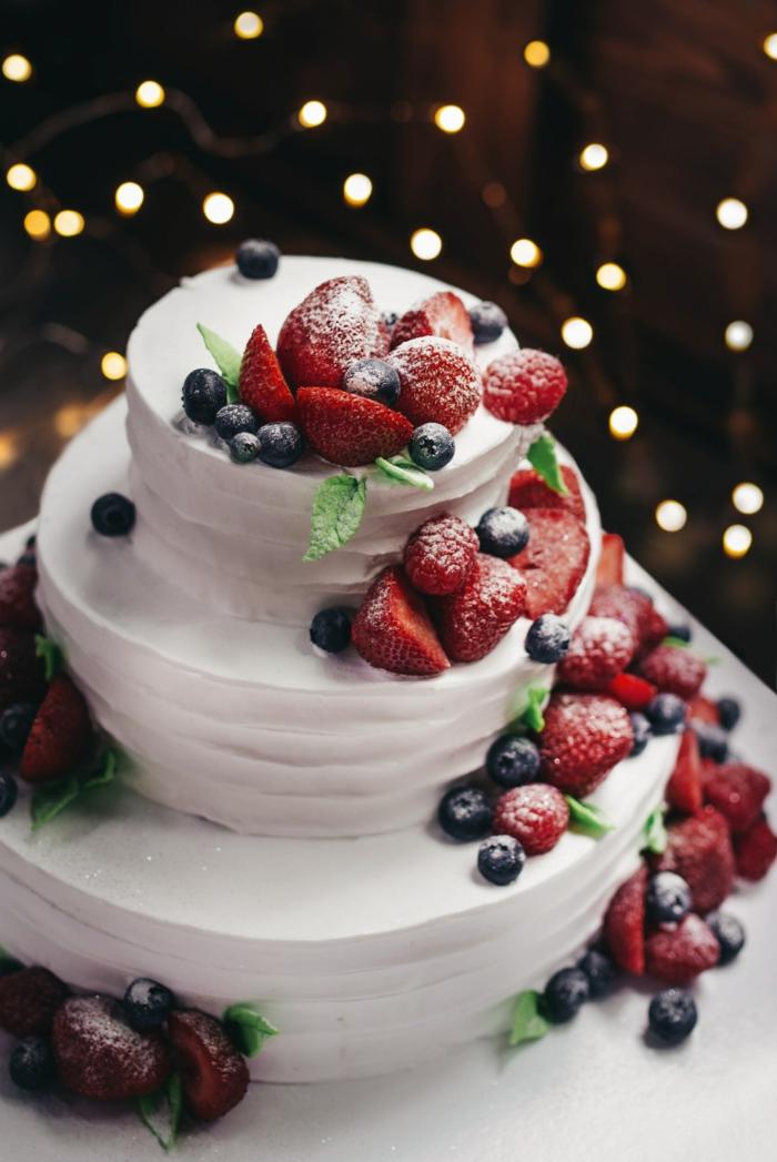 Quel gateau anniversaire simple et beau choisir, gateau anniversaire adulte photo, hiver gateau mariage ou anniversaire decore de fruits rouges