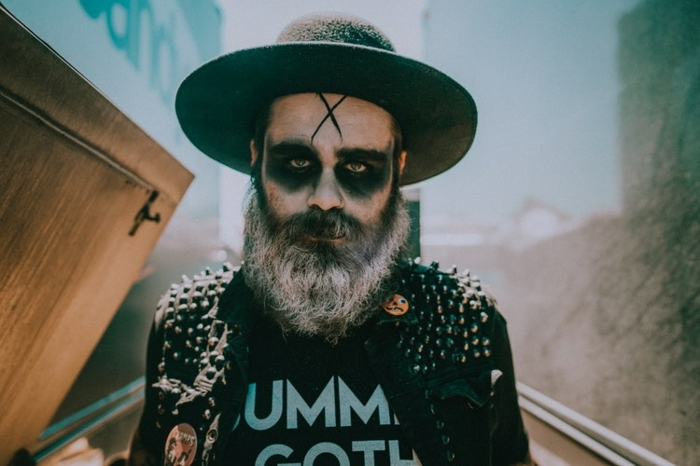 maquillage halloween facile, chapeau noir à périphérie, tenue grunge, croix sur le front, barbe, t-shirt- avec script